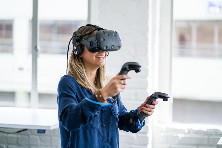 Young women wearing a vr-headset